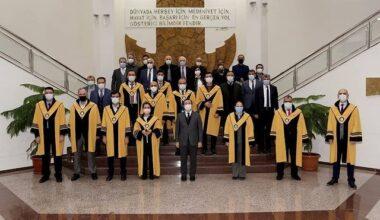 14 Akademisyen Cübbe Giydi
