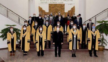 28 Akademisyen Cübbe Giydi
