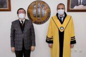 4 Akademisyen Cübbe Giydi