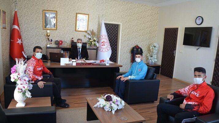 Şampiyon Kuzenler Müdür Kayhan'ı Ziyaret Etti